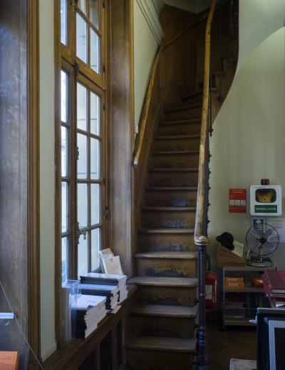 Escalier vers la salle du fer à cheval