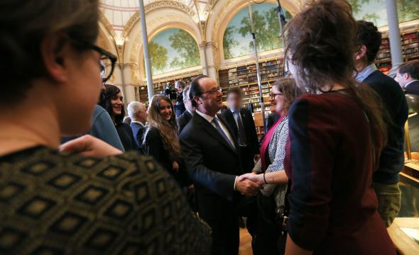 Le président de la République échange quelques mots avec les élèves de l'École